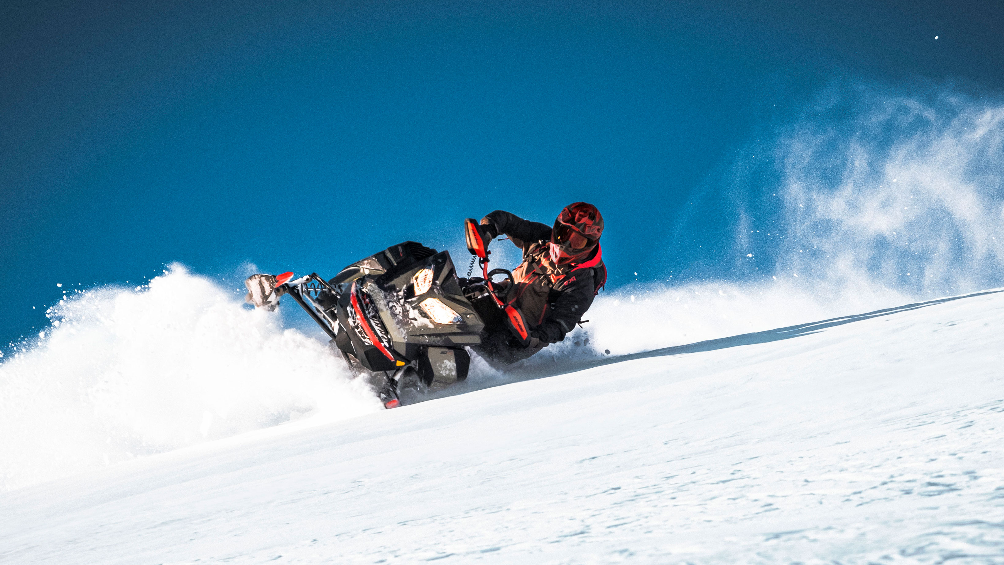 Ski-Doo Summit carving in Deep-Powder