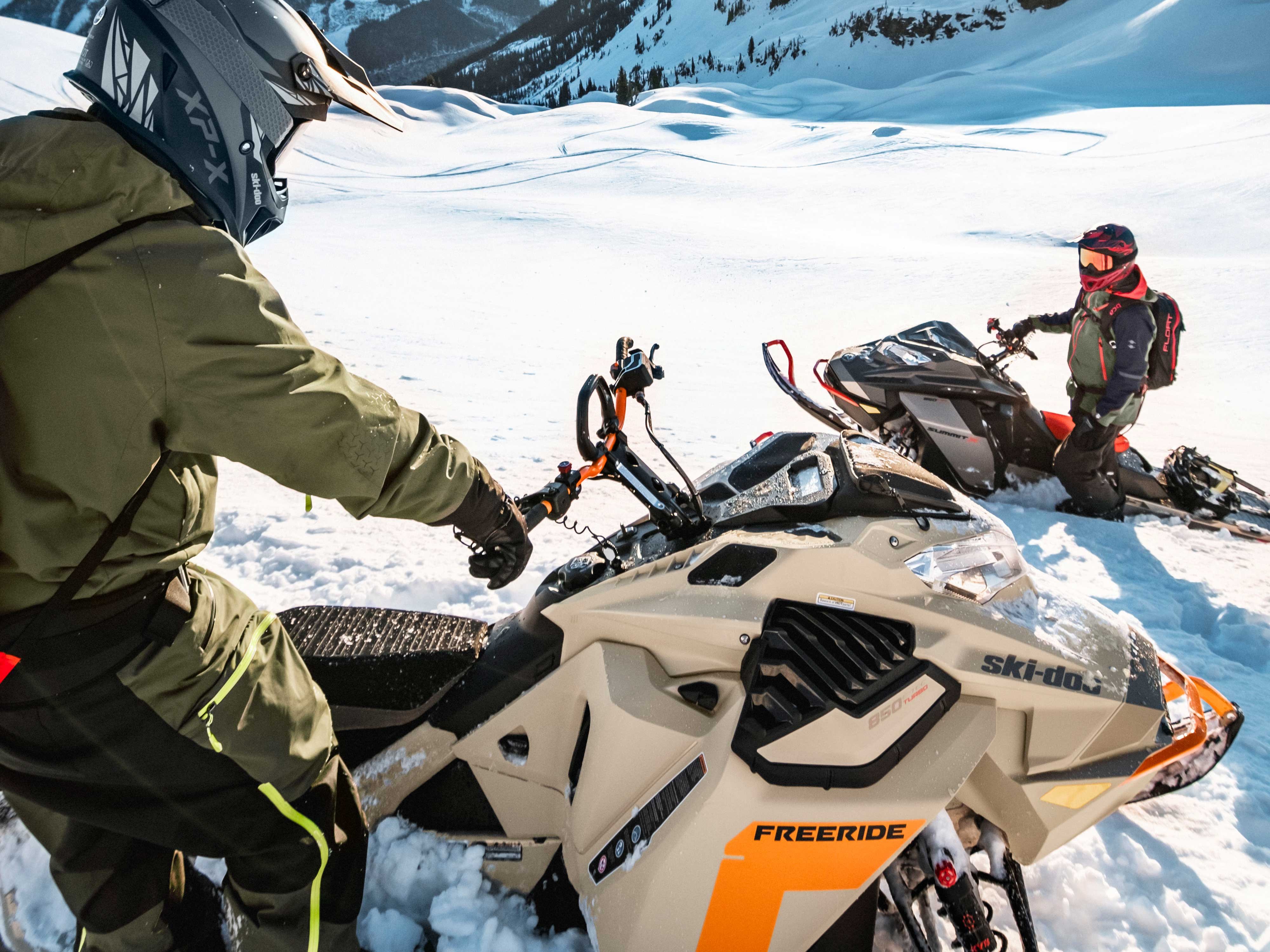 2 riders talking on their Ski-Doo Freeride