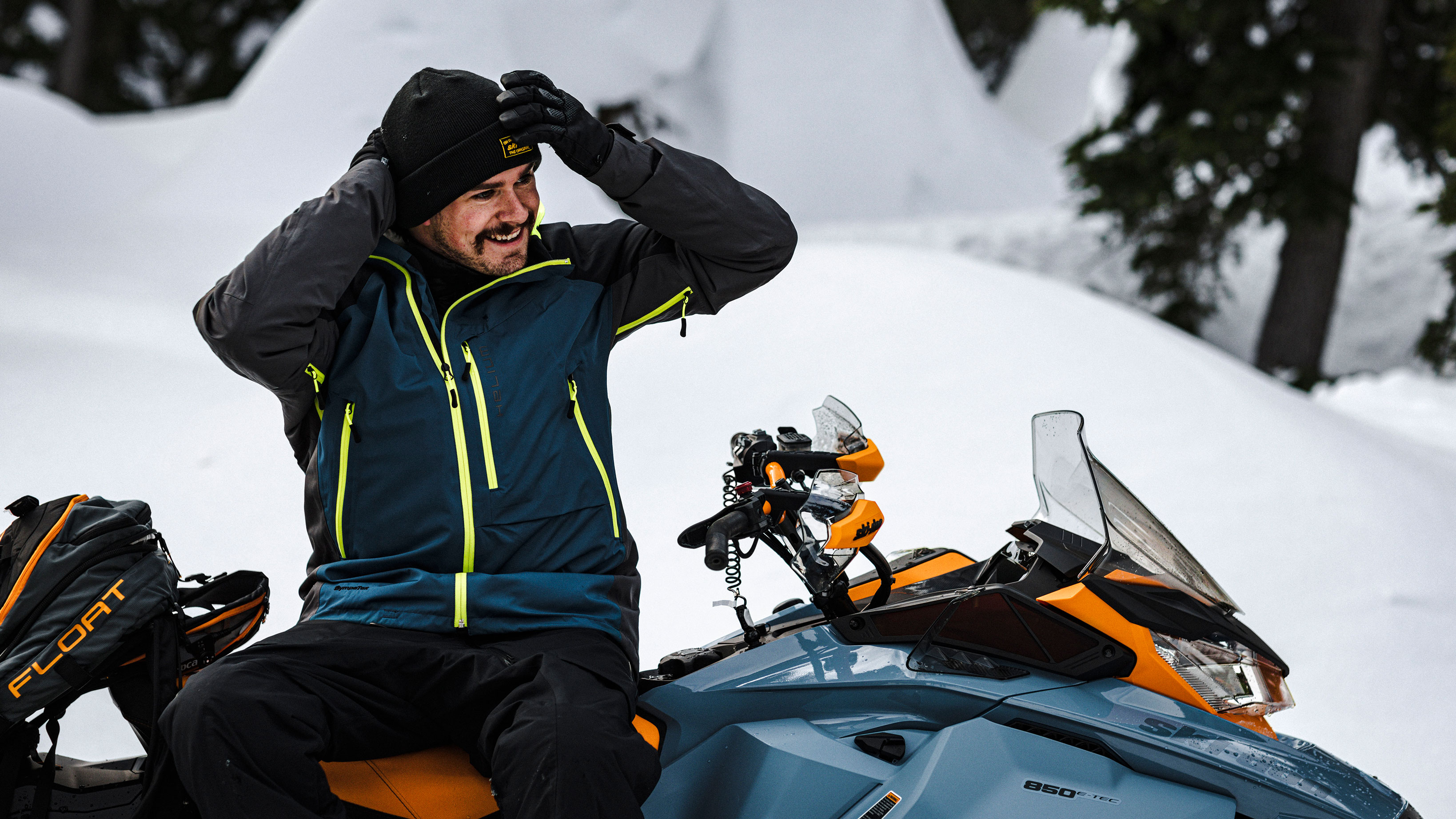 Homme portant une tuque assis sur sa motoneige Ski-Doo Backcountry